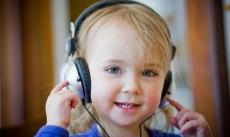 Khi nào đưa trẻ đi khám thính lực?