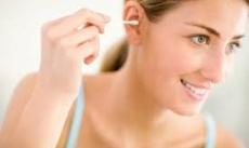 Dùng tăm bông ngoáy tai, lợi bất cập hại